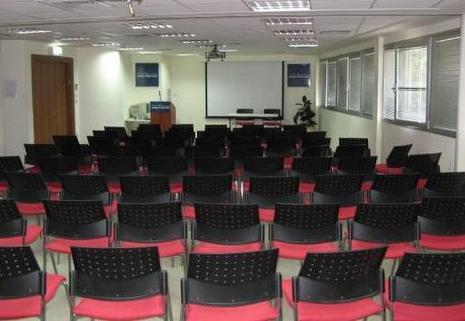 אולם הכנסים - 100 מקומות ישיבה