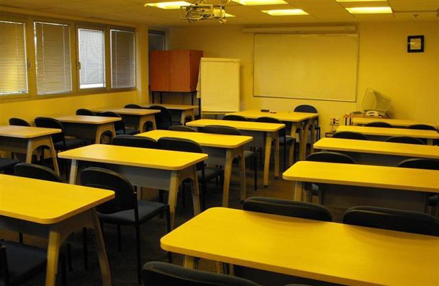 כיתה 302 - 35 מקומות ישיבה עם שולחנות