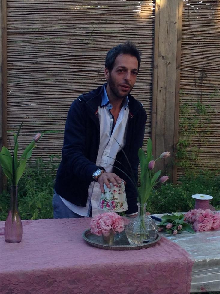 גלרייה - שיעור עיצוב ושזירת פרחים קורס הפקת אירועים מחזור 10, 6 מתוך 9