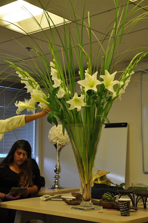גלרייה - שיעור עיצוב ושזירת פרחים קורס הפקת אירועים מחזור 9, 4 מתוך 38