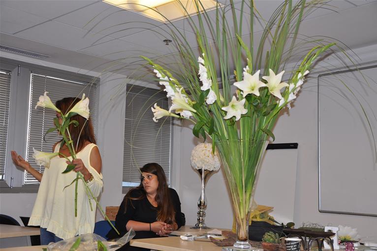 גלרייה - שיעור עיצוב ושזירת פרחים קורס הפקת אירועים מחזור 9, 5 מתוך 38