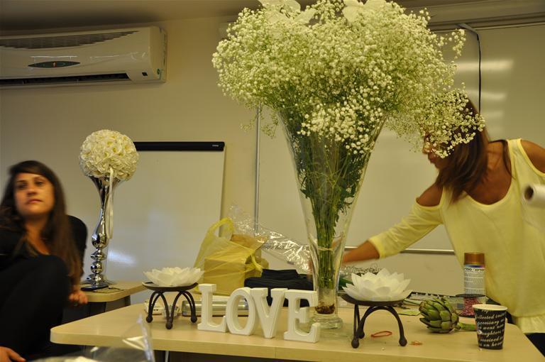 גלרייה - שיעור עיצוב ושזירת פרחים קורס הפקת אירועים מחזור 9, 7 מתוך 38