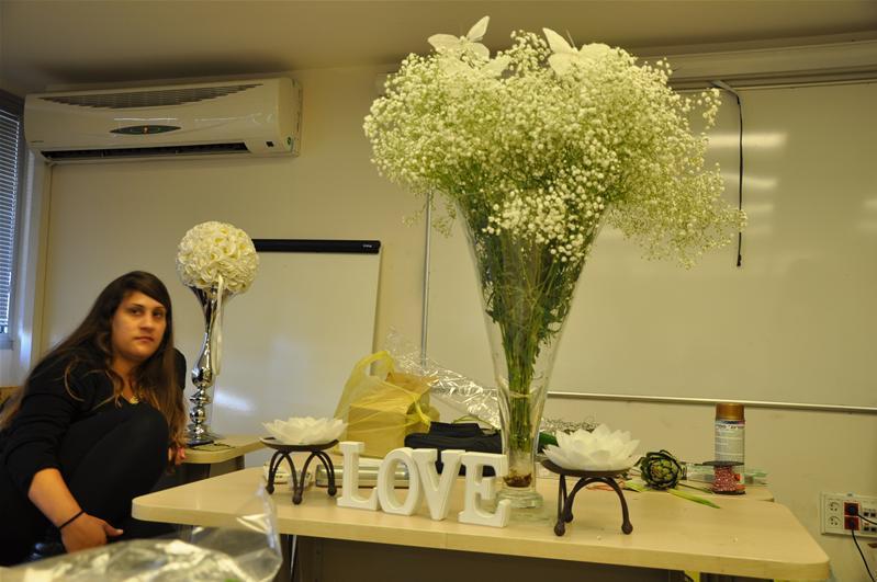 גלרייה - שיעור עיצוב ושזירת פרחים קורס הפקת אירועים מחזור 9, 8 מתוך 38