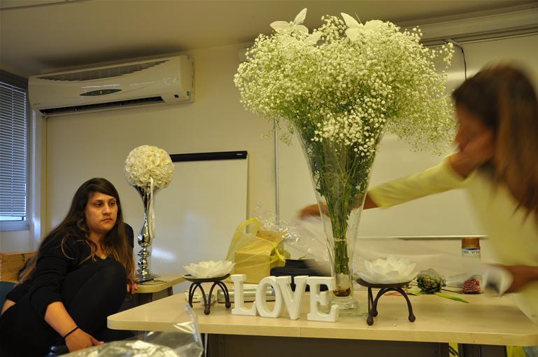 גלרייה - שיעור עיצוב ושזירת פרחים קורס הפקת אירועים מחזור 9, 9 מתוך 38