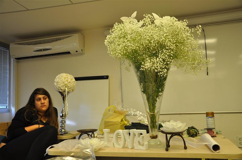 גלרייה - שיעור עיצוב ושזירת פרחים קורס הפקת אירועים מחזור 9, 10 מתוך 38