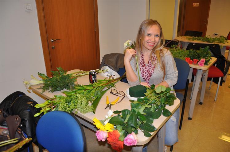 גלרייה - שיעור עיצוב ושזירת פרחים קורס הפקת אירועים מחזור 9, 14 מתוך 38