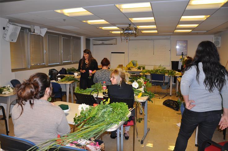 גלרייה - שיעור עיצוב ושזירת פרחים קורס הפקת אירועים מחזור 9, 15 מתוך 38