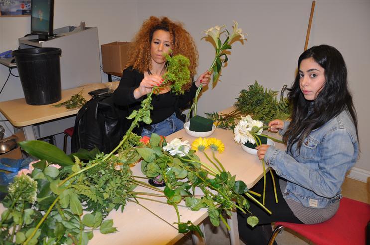 גלרייה - שיעור עיצוב ושזירת פרחים קורס הפקת אירועים מחזור 9, 16 מתוך 38