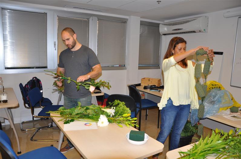 גלרייה - שיעור עיצוב ושזירת פרחים קורס הפקת אירועים מחזור 9, 19 מתוך 38