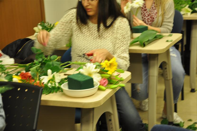 גלרייה - שיעור עיצוב ושזירת פרחים קורס הפקת אירועים מחזור 9, 21 מתוך 38