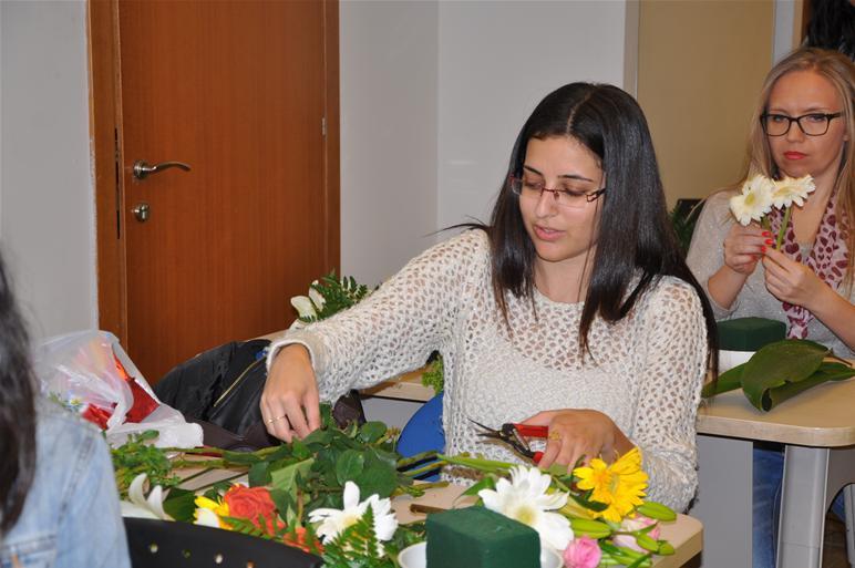 גלרייה - שיעור עיצוב ושזירת פרחים קורס הפקת אירועים מחזור 9, 22 מתוך 38