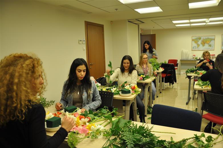 גלרייה - שיעור עיצוב ושזירת פרחים קורס הפקת אירועים מחזור 9, 23 מתוך 38