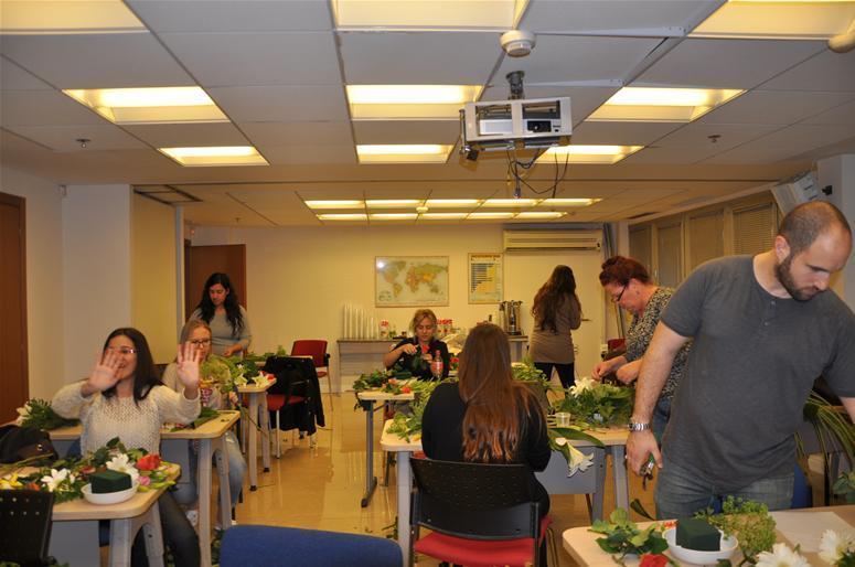 גלרייה - שיעור עיצוב ושזירת פרחים קורס הפקת אירועים מחזור 9, 24 מתוך 38