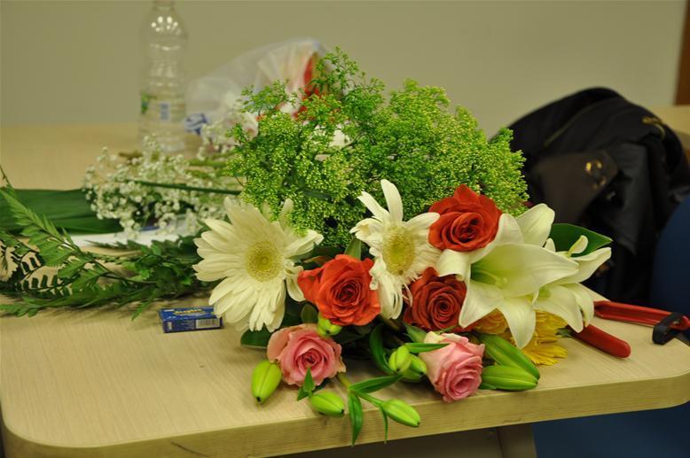 גלרייה - שיעור עיצוב ושזירת פרחים קורס הפקת אירועים מחזור 9, 25 מתוך 38
