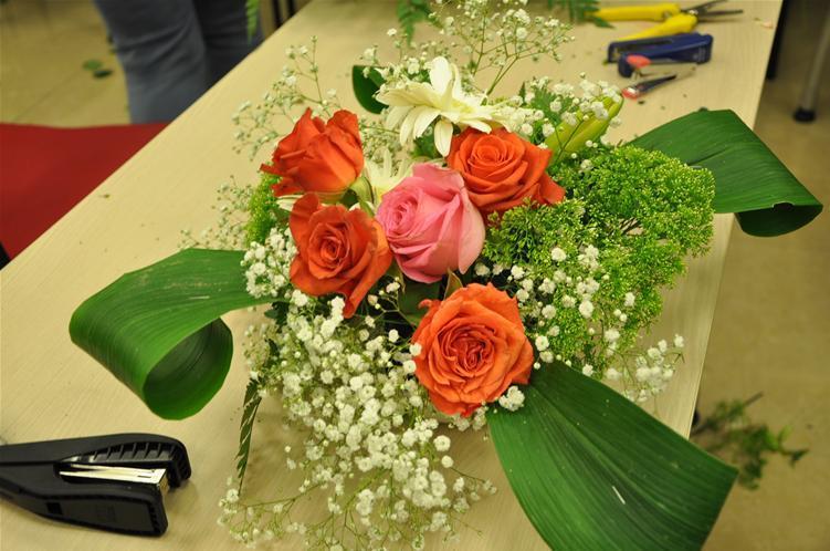 גלרייה - שיעור עיצוב ושזירת פרחים קורס הפקת אירועים מחזור 9, 26 מתוך 38