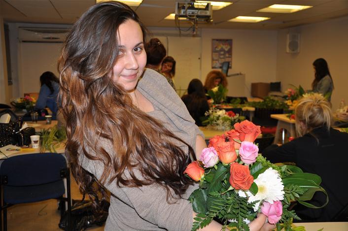 גלרייה - שיעור עיצוב ושזירת פרחים קורס הפקת אירועים מחזור 9, 27 מתוך 38