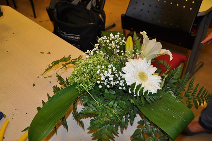 גלרייה - שיעור עיצוב ושזירת פרחים קורס הפקת אירועים מחזור 9, 28 מתוך 38