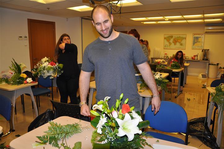 גלרייה - שיעור עיצוב ושזירת פרחים קורס הפקת אירועים מחזור 9, 31 מתוך 38