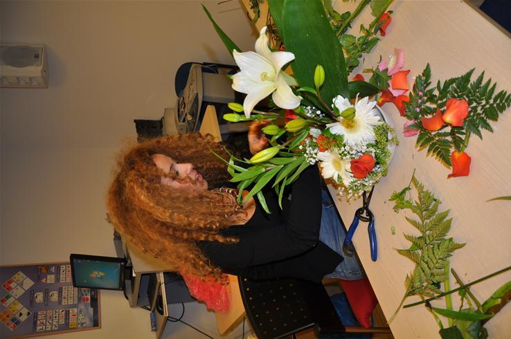 גלרייה - שיעור עיצוב ושזירת פרחים קורס הפקת אירועים מחזור 9, 32 מתוך 38