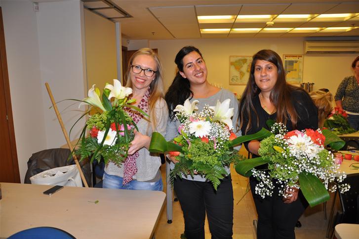 גלרייה - שיעור עיצוב ושזירת פרחים קורס הפקת אירועים מחזור 9, 35 מתוך 38