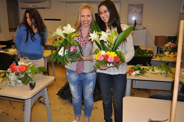 גלרייה - שיעור עיצוב ושזירת פרחים קורס הפקת אירועים מחזור 9, 36 מתוך 38