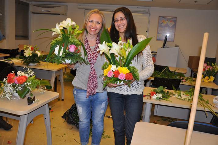 גלרייה - שיעור עיצוב ושזירת פרחים קורס הפקת אירועים מחזור 9, 37 מתוך 38