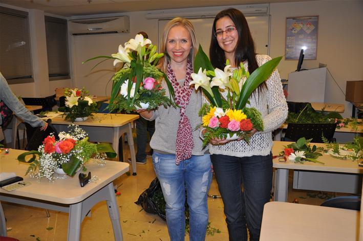 גלרייה - שיעור עיצוב ושזירת פרחים קורס הפקת אירועים מחזור 9, 38 מתוך 38