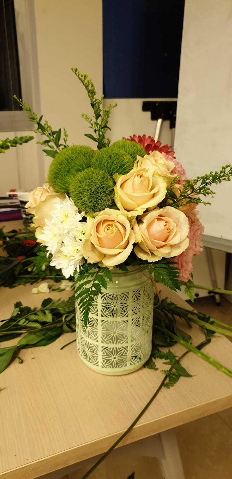 גלרייה - שיעור שזירת פרחים - קורס הפקת אירועים מחזור 23, 14 מתוך 32