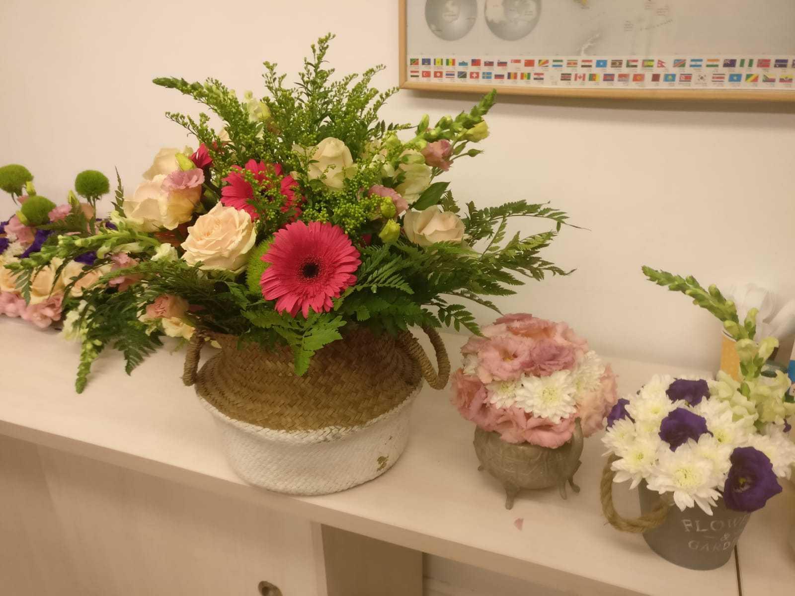 גלרייה - שיעור שזירת פרחים - קורס הפקת אירועים מחזור 23, 19 מתוך 32