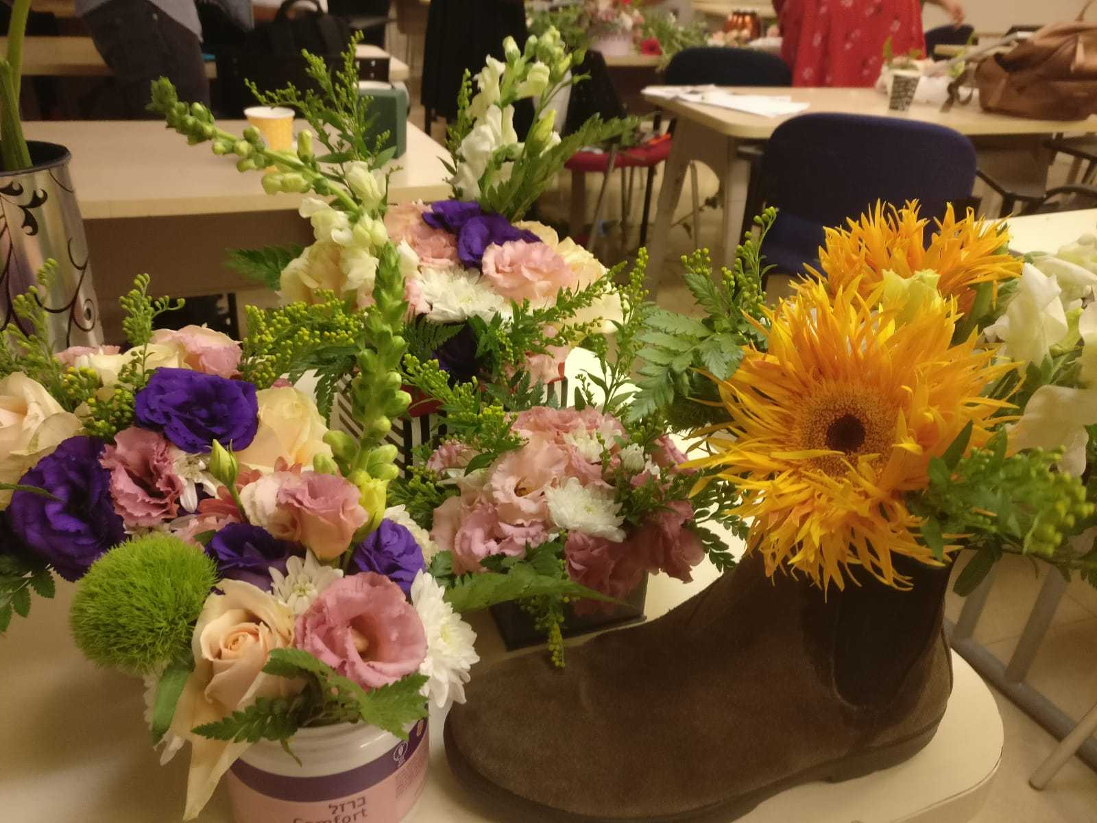 גלרייה - שיעור שזירת פרחים - קורס הפקת אירועים מחזור 23, 18 מתוך 32