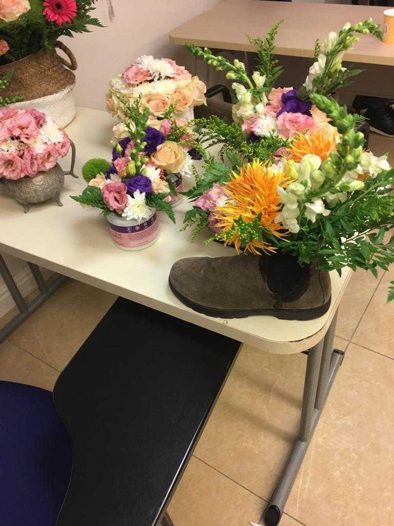 גלרייה - שיעור שזירת פרחים - קורס הפקת אירועים מחזור 23, 6 מתוך 32