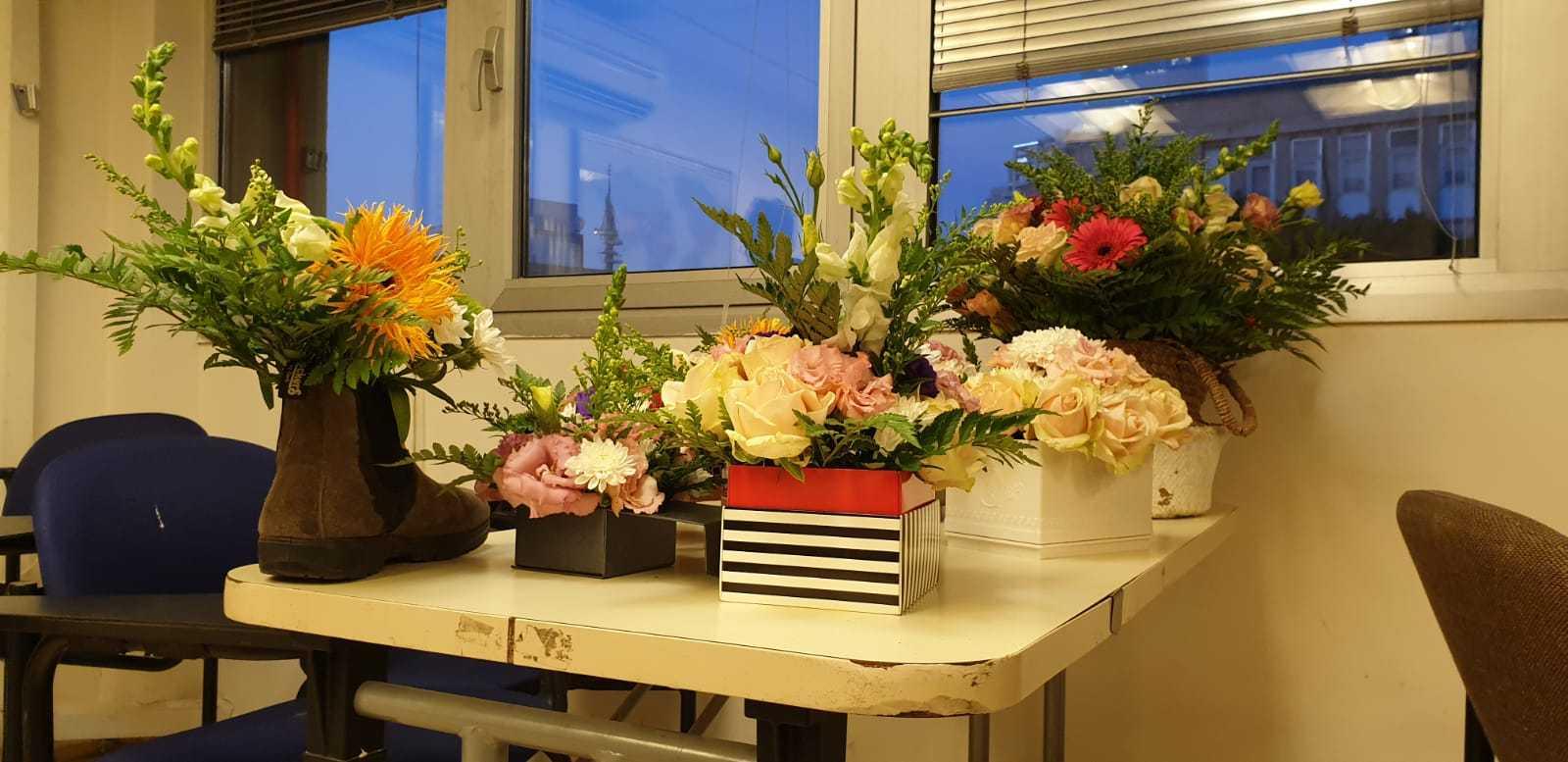 גלרייה - שיעור שזירת פרחים - קורס הפקת אירועים מחזור 23, 7 מתוך 32