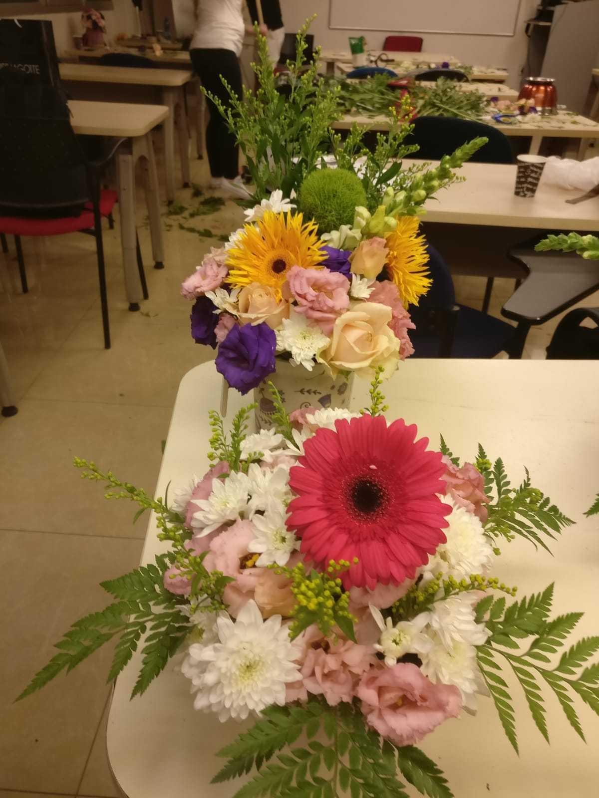 גלרייה - שיעור שזירת פרחים - קורס הפקת אירועים מחזור 23, 11 מתוך 32