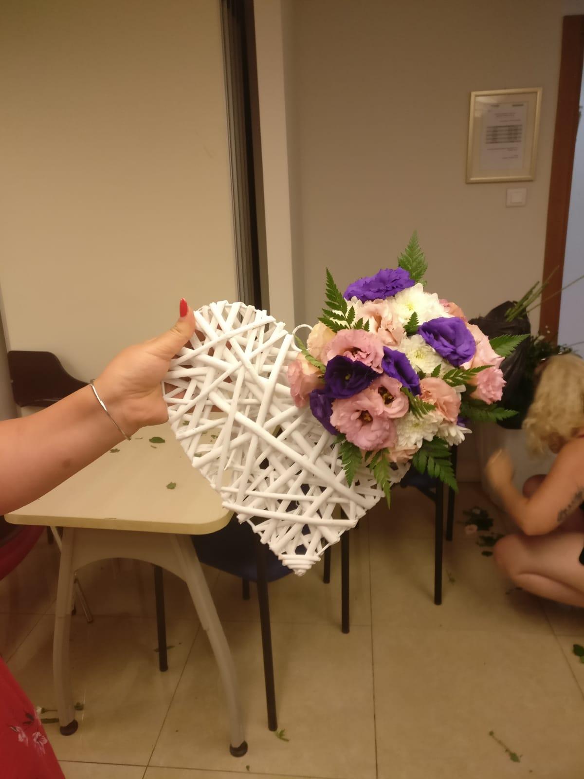 גלרייה - שיעור שזירת פרחים - קורס הפקת אירועים מחזור 23, 8 מתוך 32
