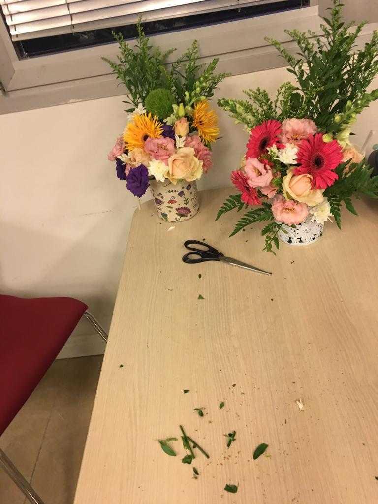 גלרייה - שיעור שזירת פרחים - קורס הפקת אירועים מחזור 23, 21 מתוך 32