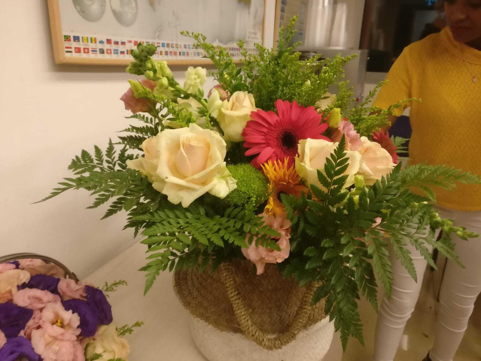 גלרייה - שיעור שזירת פרחים - קורס הפקת אירועים מחזור 23, 22 מתוך 32