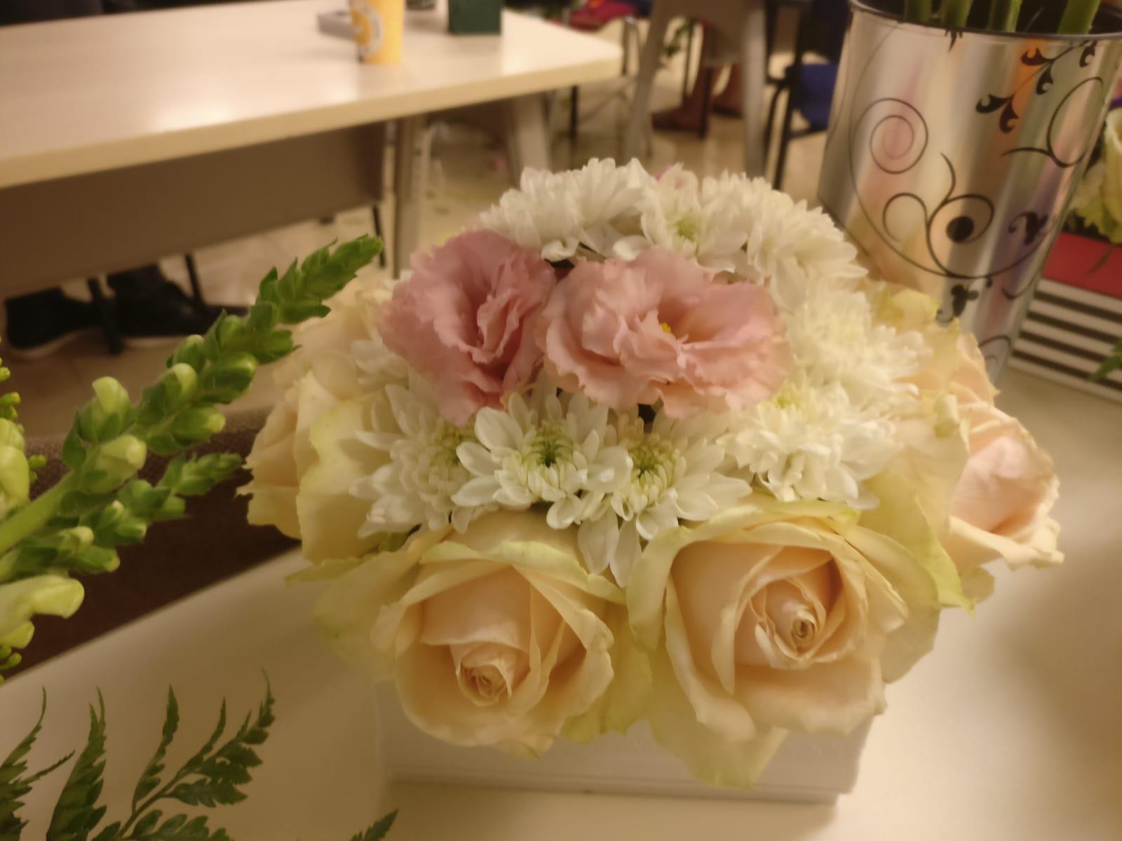 גלרייה - שיעור שזירת פרחים - קורס הפקת אירועים מחזור 23, 24 מתוך 32
