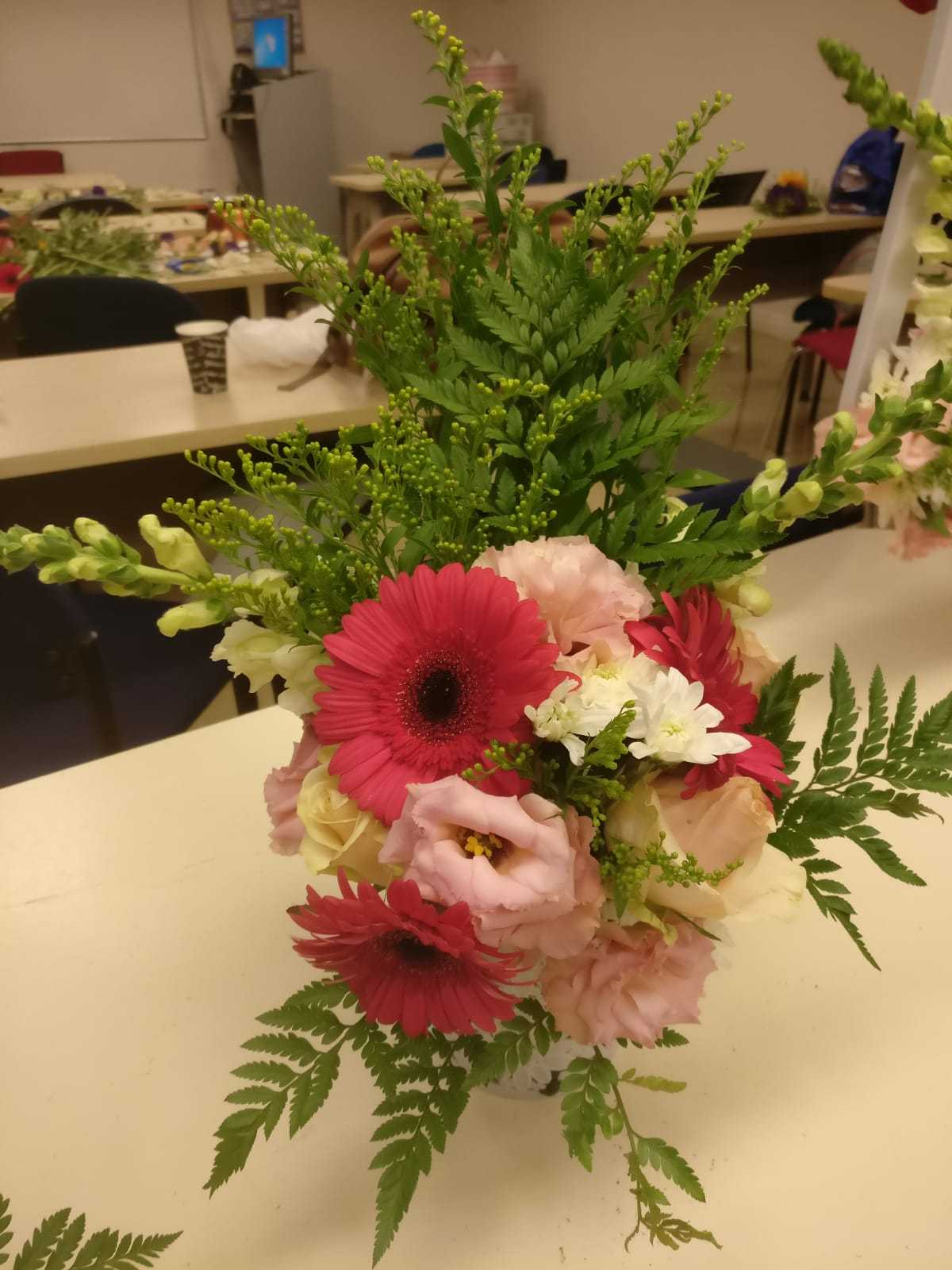 גלרייה - שיעור שזירת פרחים - קורס הפקת אירועים מחזור 23, 26 מתוך 32