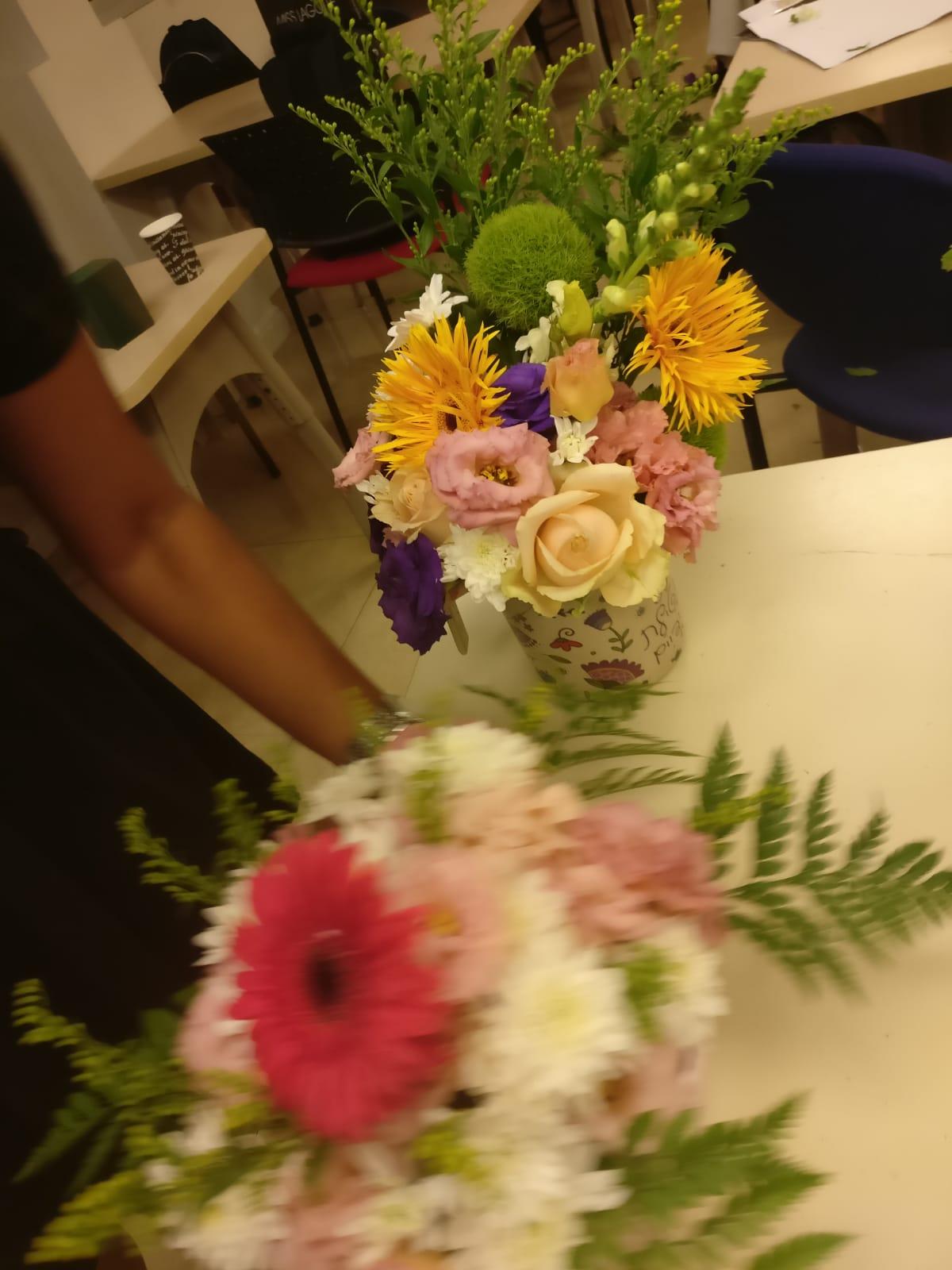 גלרייה - שיעור שזירת פרחים - קורס הפקת אירועים מחזור 23, 27 מתוך 32