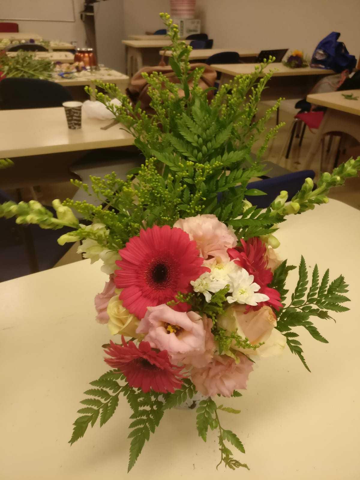 גלרייה - שיעור שזירת פרחים - קורס הפקת אירועים מחזור 23, 28 מתוך 32