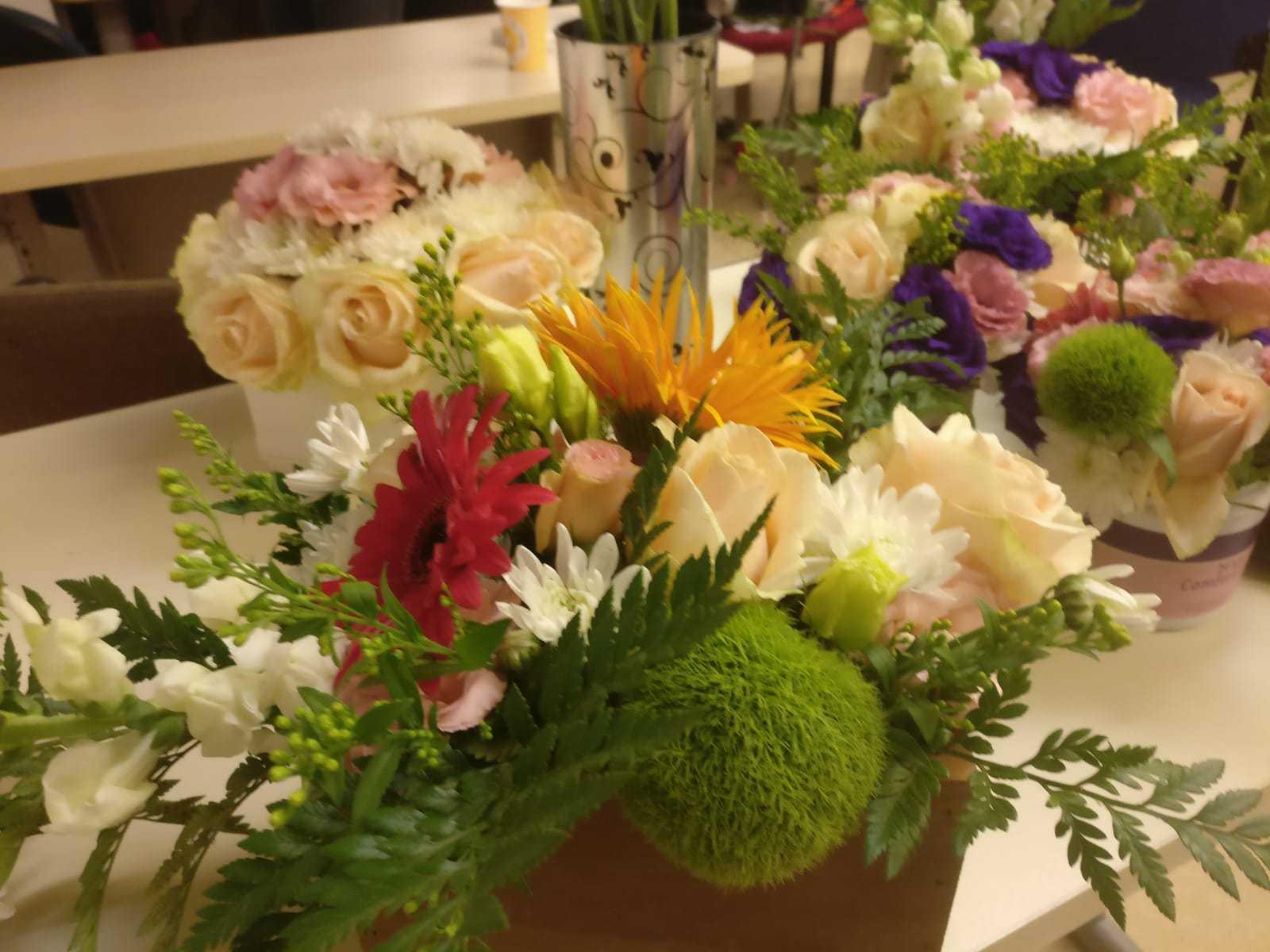 גלרייה - שיעור שזירת פרחים - קורס הפקת אירועים מחזור 23, 29 מתוך 32
