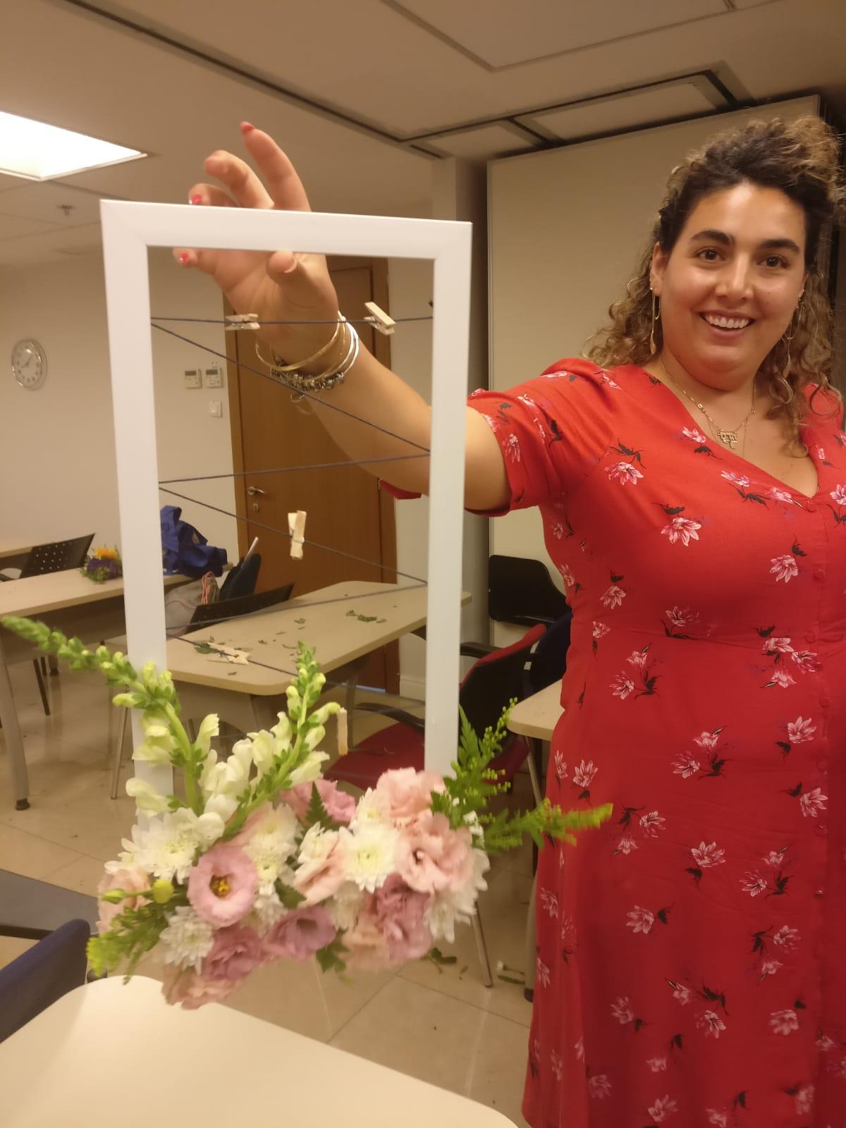 גלרייה - שיעור שזירת פרחים - קורס הפקת אירועים מחזור 23, 30 מתוך 32