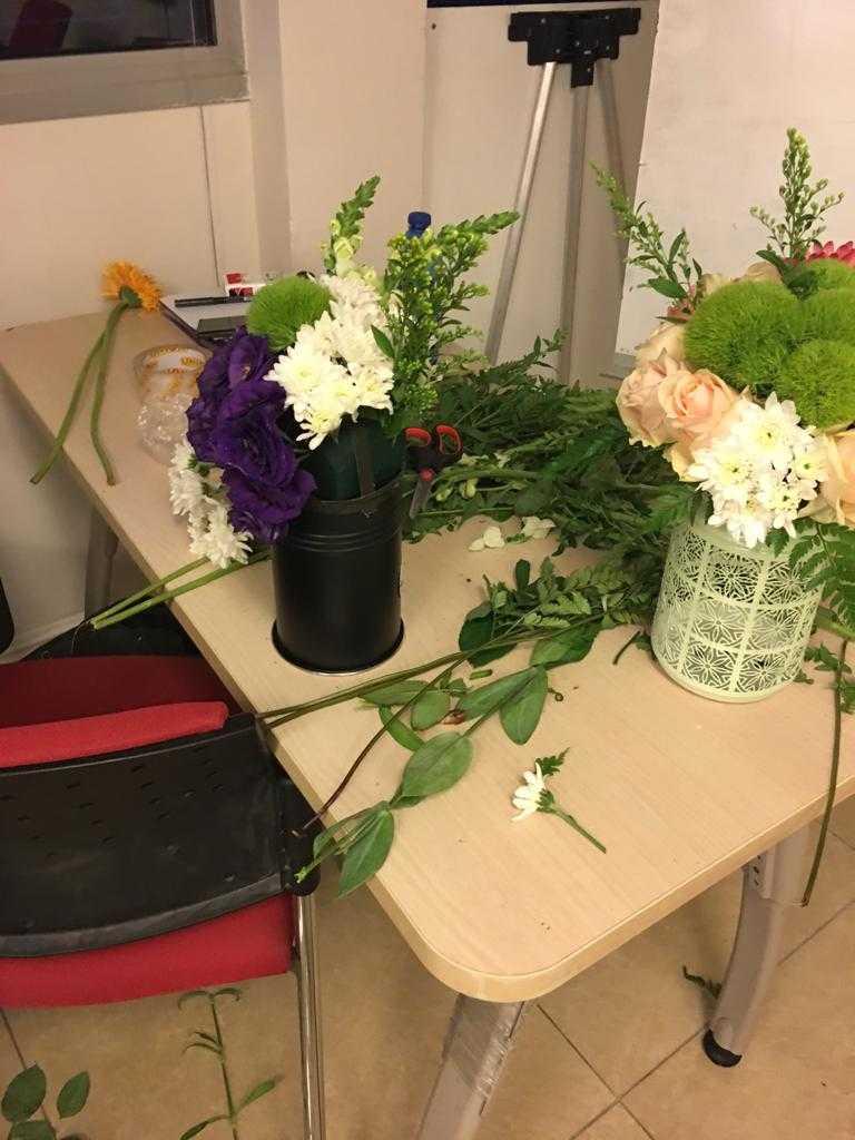 גלרייה - שיעור שזירת פרחים - קורס הפקת אירועים מחזור 23, 31 מתוך 32