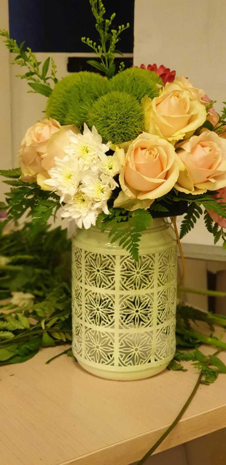 גלרייה - שיעור שזירת פרחים - קורס הפקת אירועים מחזור 23, 32 מתוך 32
