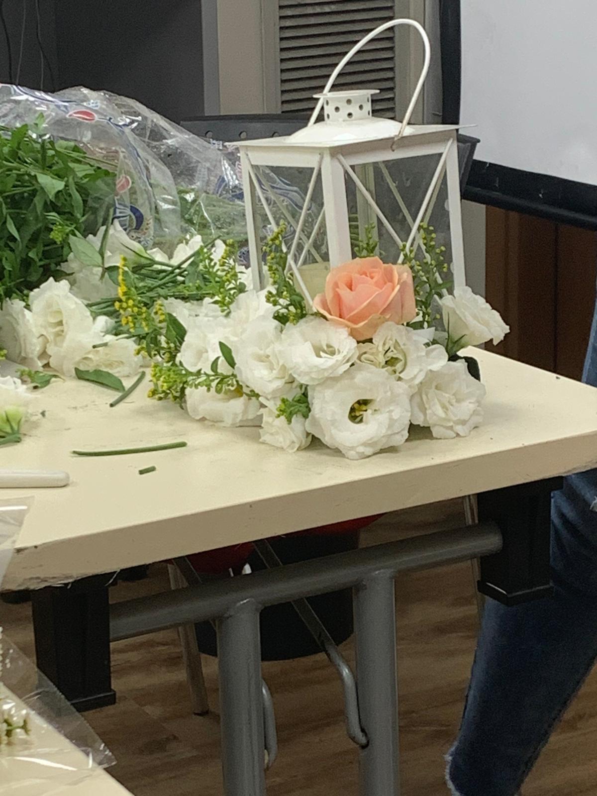 גלרייה - שיעור שזירת פרחים - קורס הפקת אירועים מחזור 24, 17 מתוך 35