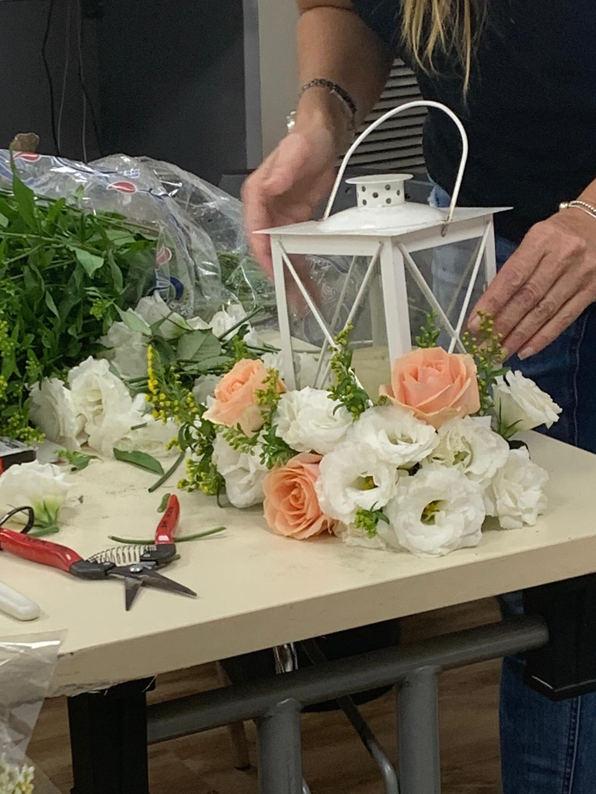 גלרייה - שיעור שזירת פרחים - קורס הפקת אירועים מחזור 24, 15 מתוך 35