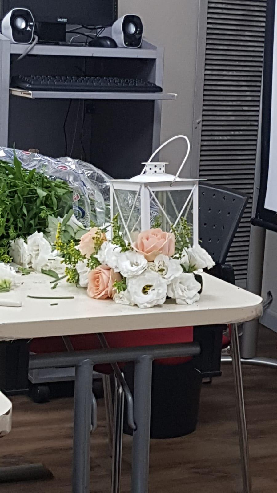 גלרייה - שיעור שזירת פרחים - קורס הפקת אירועים מחזור 24, 16 מתוך 35