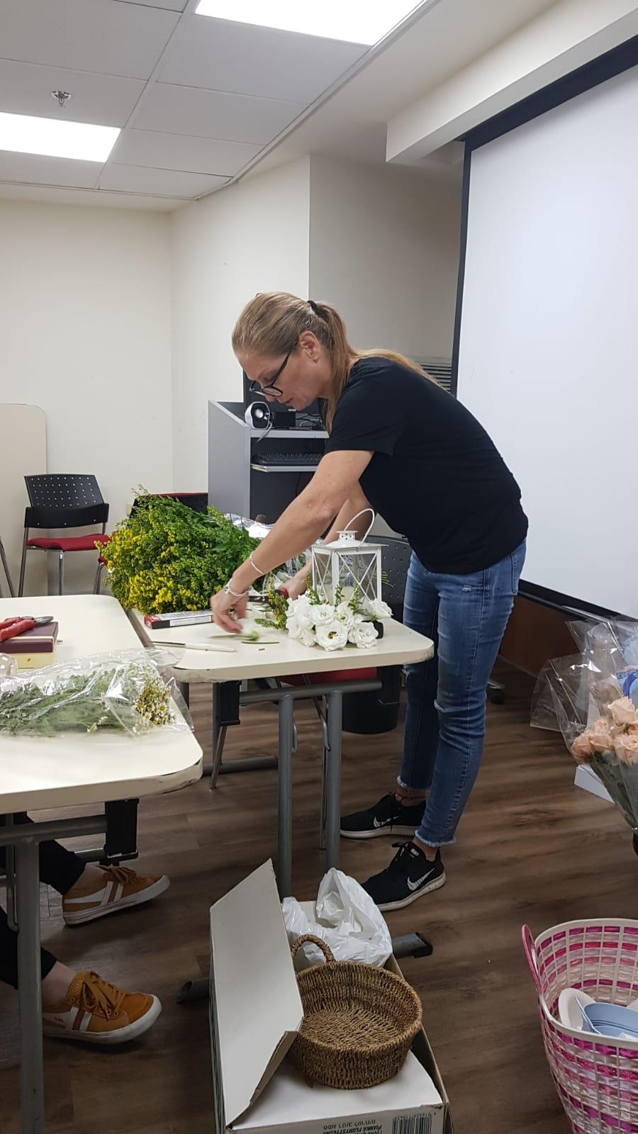 גלרייה - שיעור שזירת פרחים - קורס הפקת אירועים מחזור 24, 2 מתוך 35