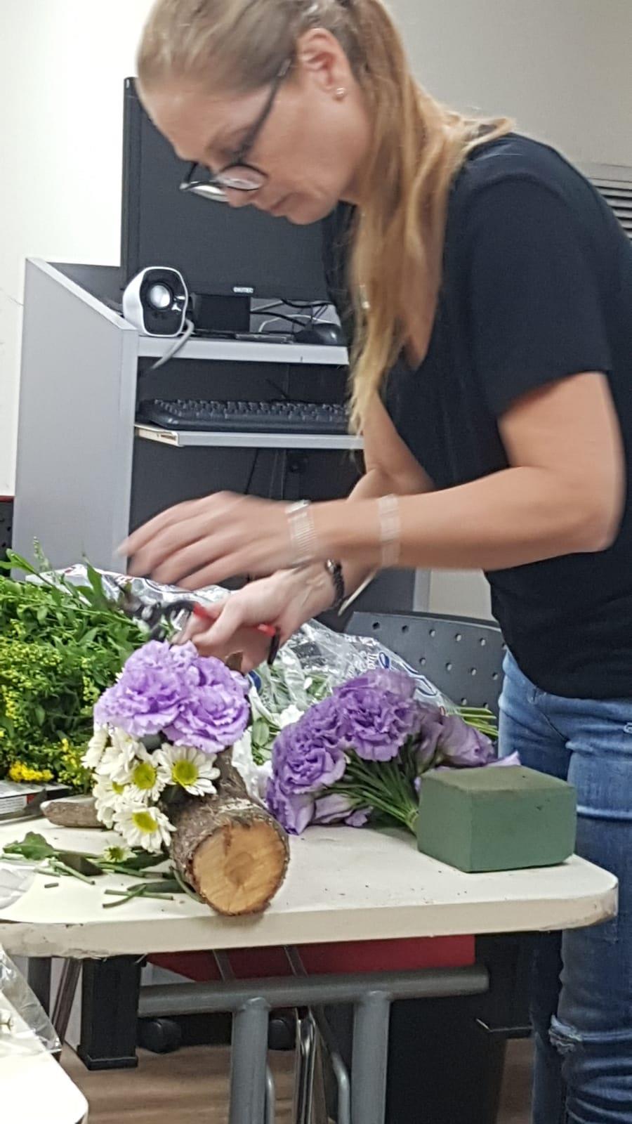 גלרייה - שיעור שזירת פרחים - קורס הפקת אירועים מחזור 24, 10 מתוך 35