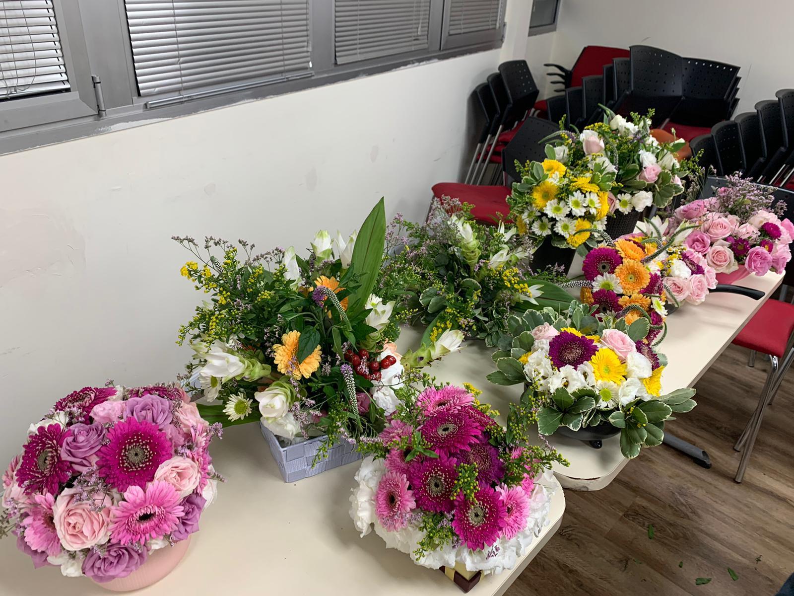 גלרייה - שיעור שזירת פרחים - קורס הפקת אירועים מחזור 24, 11 מתוך 35